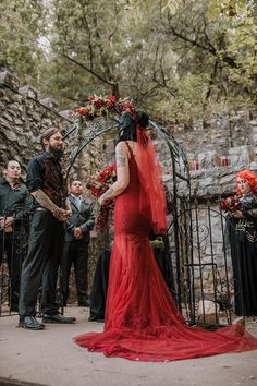 Get ready for this Gothic Midsummer Night's Dream wedding in a forest wedding dresses midsummer nights Get ready for this Gothic Midsummer Night's Dream wedding in a forest Edgy Wedding, Our Wedding, Dream Wedding, Geek Wedding, Wedding Black, Gothic Wedding Ideas, Gothic Wedding Decorations, Gothic Wedding Cake, Rocker Wedding