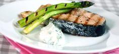 Passend zur Spargelzeit: Gegrillter Lachs mit Spargel und Sauce.  Foto: Bent Raanes und Sarah Cameron Sørensen/Norwegian Seafood Council.