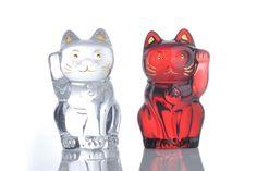バカラ「まねき猫」(H10.5cm)クリア ¥34,650/レッド ¥57,750 バカラショップ丸の内 TEL:03-5223-8868 http://www.baccarat.com/