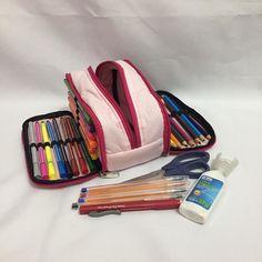 Estojo escolar estilo Kipling.  Possui 3 bolsos, sendo 2 com elásticos para acomodar lápis de cor, canetinhas. E um bolso central espaçoso, onde pode ser guardado cola, tesoura, canetas, borrachas, etc.  Escolha a estampa de sua preferência    *não acompanha os itens, foto ilustrativa.