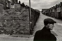Josef Koudelka (10 de enero de 1938) es un fotógrafo nacido en Checoslovaquia y nacionalizado francés.Hasta hoy en día, Josef Koudelka ha recibido prestigiosos galardones en reconocimiento a su labor, como el Premio Cartier-Bresson, la Medalla de la Royal Photographic Society o el Premio de la Premio internacional de la Fundación Hasselblad y ha sido nombrado Caballero de las Artes y las Letras por el Ministerio de Cultura de Francia.