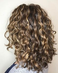 60 Styles and Cuts for Naturally Curly Hair - Medium Highlighted Style with Loose Curls - Brown Curly Hair, Short Curly Hair, Curly Hair Styles, Natural Hair Styles, Thick Hair, Midlength Curly Hair, Curly Hair With Bangs, Brown Hair With Highlights, Blonde Highlights Curly Hair