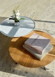 The design of the DIAMERISMA coffee table presents an innovative solution, with the slimmest and most elegant  brass feet, to support its marble or wooden top.