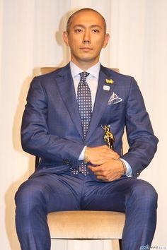"""歌舞伎俳優の市川海老蔵(39)が、""""すてきなお父さん""""とされる著名人に贈られる「第36回ベスト・ファーザー イエローリボン賞」の学術・文化部門に選ばれ7日、都内で行われた授賞式に出席した。"""