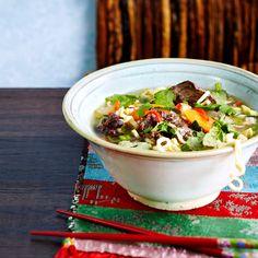 Vietnamese Pho soup (finnish only). Pho-keitto on vietnamilainen kansallisruoka. Mausteinen liemi, nuudelit ja runsaat tuoreet yrtit luovat eksoottisen ja maukkaan keiton.