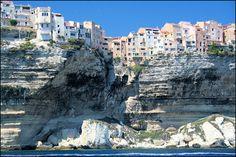 Frankrijk, Corsica - Bonifacio, bovenop de witte kalkrotsen, vanaf zee gezien