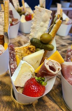 Charcuterie Recipes, Charcuterie And Cheese Board, Cheese Boards, Party Food Platters, Cheese Platters, Appetizers For Party, Appetizer Recipes, Party Food Catering, Tapas