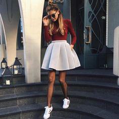 On est complétement amoureuses de ce look : half-bun + jupe + baskets blanches !