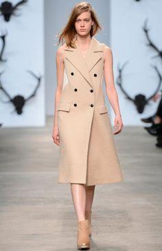 Must-have: удлиненный жилет или пальто без рукавов? Trussardi