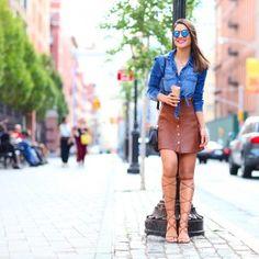 """Eu sempre amei a combinação do jeans e couro, aqui no blog tem várias produções assim, o couro traz uma sofisticação, e o jeans um ar mais descolado que adoro! Um dos últimos looks que usei em NY foi bem summer style; com saia """"a-line"""" em couro camelo (cor super sofisticada que amo) e camisa..."""