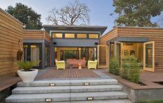 Características sostenibles y arquitectónicas del modelo BreezeHose de casa prefabricada de Blu Homes. De estructura metálica. Planos, fotografías, y vídeos.