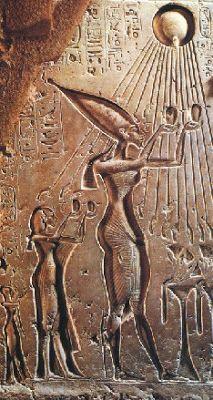 relieve de akenaton y su familia adorando el disco solar