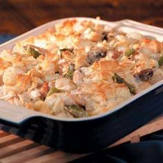 Phyllo Chicken Potpie Recipe -Ribbons of buttery phyllo dough provide a crispy topping for this impressive entree. Pearl onions, mushrooms, asparagus and chicken are treated to a creamy sauce that our home economists flavored with thyme and sherry. Recetas Pasta Filo, Phyllo Recipes, Pie Recipes, Dinner Recipes, Phyllo Dough, Chicken Potpie, Chicken Recipes, Stuffed Peppers, Entrees