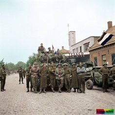 Irish Guards and the crew of an Sherman tank outside of a Texaco Garage in Aalst, Holland. British Army Uniform, British Soldier, Les Cents, Operation Market Garden, Canadian Army, History Online, Ww2 Tanks, German Army, Military History