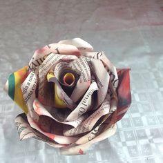 Rosa elaborada con periodico y tinturada con pintura