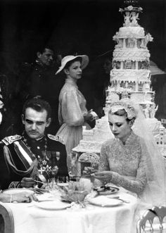 Os noivos e o bolo de casamento de Grace Kelly com o Príncipe Rainier de Mônaco , o bolo media 3 metros de altura e foi feito pelos confeiteiros do Hotel de Paris .