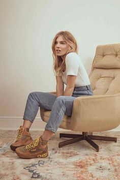 Sienna Miller is all about this 2019 trend—do you agree? Shop her new Jimmy Choo editorial. Sienna Miller Pelo, Sienna Miller Style, Brooklyn Decker, Jimmy Choo, Sonakshi Sinha, Alexa Chung, Siena, Kendall Jenner, Kim Kardashian