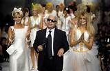 ... , Karl Lagerfeld e Claudia Schiffer em desfile da Chanel de 1990