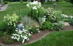 parterre de fleurs blanches, plantes vertes et jardine en gazon lawn of white flowers, green plants and grass garden Landscaping With Rocks, Front Yard Landscaping, Outdoor Landscaping, Landscaping Tips, Corner Landscaping Ideas, Acreage Landscaping, Inexpensive Landscaping, Landscaping Contractors, Landscaping Software