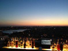 İstanbul'u tepeden izleyeyim, DJ çalsın, ben de atıştırayım, içkimi içeyim diyorsanız, Nuteras tam size göre!   Eşsiz Haliç manzarası ayaklarınızın altında uzanırken, dinlediğiniz müziğe, içtiğiniz içkiye ve yediğiniz yemeğe doyamayacaksınız.