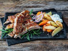 Lammeribbe med rotgrønnsaker og urtedipp | Oppskrift | Meny.no Kitchen World, Frisk, Tupperware, Steak, Pork, Turkey, Recipes, Recipe, Pork Roulade