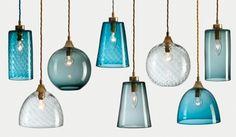 Retro-Lampen in verschiedenen Blautönen und Formen