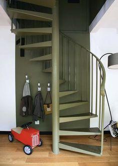 Pour rendre discret un escalier en colimaçon qui trône au milieu d'une pièce, on l'intègre au décor en assortissant sa couleur au mur du fond. Une façon de lui redonner chic et esprit.
