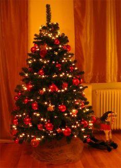 Imagini pentru poze brad de craciun impodobit traditional Christmas Tree, Holiday Decor, Home Decor, Places, Homemade Home Decor, Xmas Tree, Xmas Trees, Decoration Home, Christmas Trees