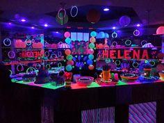 Decoração de festa de 15 anos com o tema Neon