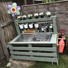 Outdoor Play Spaces, Kids Outdoor Play, Kids Play Area, Backyard For Kids, Backyard Projects, Diy Wood Projects, Pallet Mud Kitchen Ideas, Diy Mud Kitchen, Mud Kitchen For Kids
