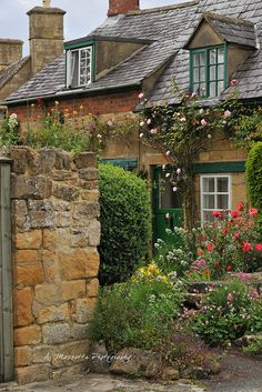 How about having a dreamy English style cottage architecture ideas for your home? Style Cottage, Cozy Cottage, Cottage Homes, Cottage Gardens, Cottages Anglais, Beautiful Homes, Beautiful Places, English Village, English Cottages