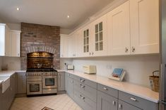 If you need to take away the clean look of your kitchen cupboards, remodel them into shaker cupboard Shaker Kitchen, New Kitchen, Kitchen Cupboards, Kitchen Backsplash, Kitchen Decor Themes, Home Decor, Little Kitchen, Traditional Kitchen, Kitchen Organization