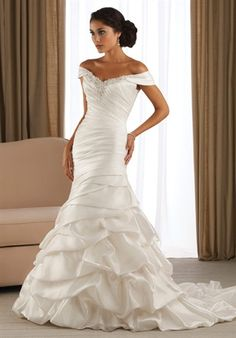 Never ever thought id like a wedding dress with straps/sleeves, but i actually LOVE this! <3