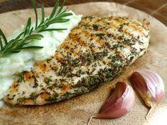 Eet op een zonnige dag gegrilde kip met tzatziki en je waant je op vakantie in Griekenland. Een mager en zeer smaakvol gerecht!  | http://degezondekok.nl