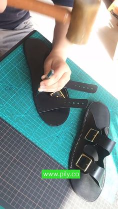 Leather Slippers For Men, Handmade Leather Shoes, Handmade Leather Wallet, Leather Crafts, Leather Sandals, Leather Bag Tutorial, Leather Wallet Pattern, How To Make Shoes, Leather Accessories
