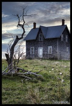 looks like home....abandoned farmhouse in rural Ontario