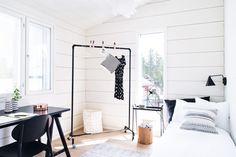 16-vuotiaan tytön huone on tyylipuhdas ja houkutteleva kokonaisuus. Rekki, matot ja pientuotteet, OMAshop. Koulupöytä, IKEA.