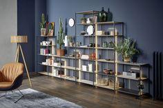 Mit seinem stabilen Gestell aus Metall in mattem Anthrazit verkörpert das Regal Line den trendigen Industrie-Charme. Diesem kühlen, minimalistischen Auftritt wird ein spannender Kontrast in den Weg gestellt – in Form von Böden und einer grosszügigen Klappe aus Holz. Top Drawer, New Homes, House Design, Shelves, Cabinet, Bedroom, Interiordesign, Home Decor, Form