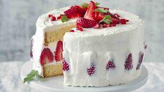 Moučníky s jahodami patří k těm nejlepším, protože jsou nejen dobré, ale i krásně vypadají. A tento dort, který není vůbec těžké připravit, to jen potvrzuje.