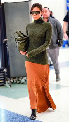 Victoria Beckham on airport! Do you like her style? #airport #style #fashion #travel #victoriabeckham Viktoria Beckham, Victoria Beckham Outfits, Victoria Beckham Style, Vic Beckham, Fashion Mode, Womens Fashion, Style Fashion, Fashion Tips, Casual Chique