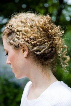 Romantique et champêtre cette coiffure mettra en valeur vos jolies boucles tout en restant très naturelle. Une belle petite tresse tout en discrétion, les cheveux un peu relevé dans un style coiffé-décoiffé. Pour une mariée toute en légèreté et en douceur dans une robe aérienne pour un mariage romantique à la campagne. Nous, on valide complètement !