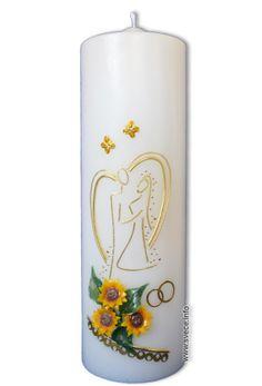 Poročna sveča z šopkom sončnic in simboliko  zakoncev v zlati barvi.