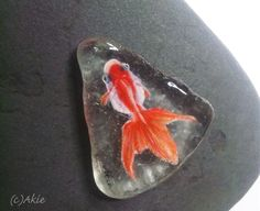 I painted Goldfish on natural shape sea glass. the glass size = 40mm