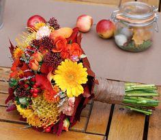 podzimní svatební kytice Kyticev hřejivých barvách podzimu. Umíme i kompletní svatební výzdobu - kytice pro maminky a družičky (viz doplňkové foto)ve stejném stylu - korsáže, výzdoba auta, dekorace kostela i svatebního stolu,květinovou bránu, ...cokoli si vzpomenete... Převzetí kytice je vždy osobní v Praze, nebo dovezeme za 16,- kč/km.
