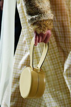 Marc Jacobs Spring 2019 Ready-to-Wear Fashion Show - Visiolet Fall Handbags, Handbags Online, Handbags On Sale, Fashion Handbags, Purses And Handbags, Fashion Bags, Fashion Show, Fashion Accessories, Womens Fashion