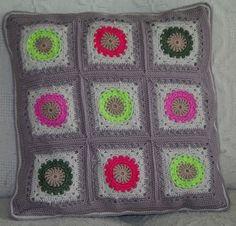 coussins au crochet, motifs granny rond dans le carré
