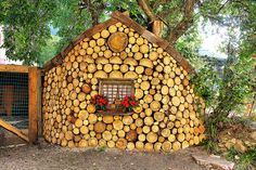 These cord wood sheds can also be built with mortar in between the wood, which would be better protection from mice and snakes. (click thru to see more inspiring cabins and sheds built from cord wood) Casas Cordwood, Casas Country, Cordwood Homes, Wood Shed, Unusual Homes, Natural Building, Cabins And Cottages, Wood Plans, Little Houses
