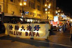 Falun Dafa participa no desfile do Papai Noel de Winnipeg, Canadá | #Canadá, #CulturaChinesa, #Desfile, #FalunDafa, #FalunGong, #MinghuiOrg, #PapaiNoel, #Winnipeg