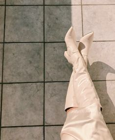 Long boots for November - Search Ballet Shoes, Dance Shoes, White Boots, Long Boots, Bow Sneakers, Minimal Fashion, Top Shoes, Fashion Pictures, Fashion Details