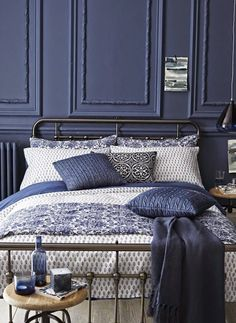 blue and white decor: gorgeous dark blue walls, great fabric choices.